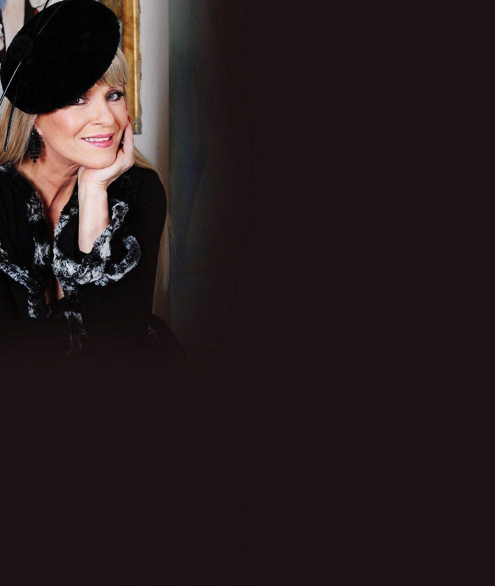 Aby vypadala starší, museli jí nasadit šedou paruku: Chantal Poullain oslavila 60, ale nikdo by jí to nevěřil
