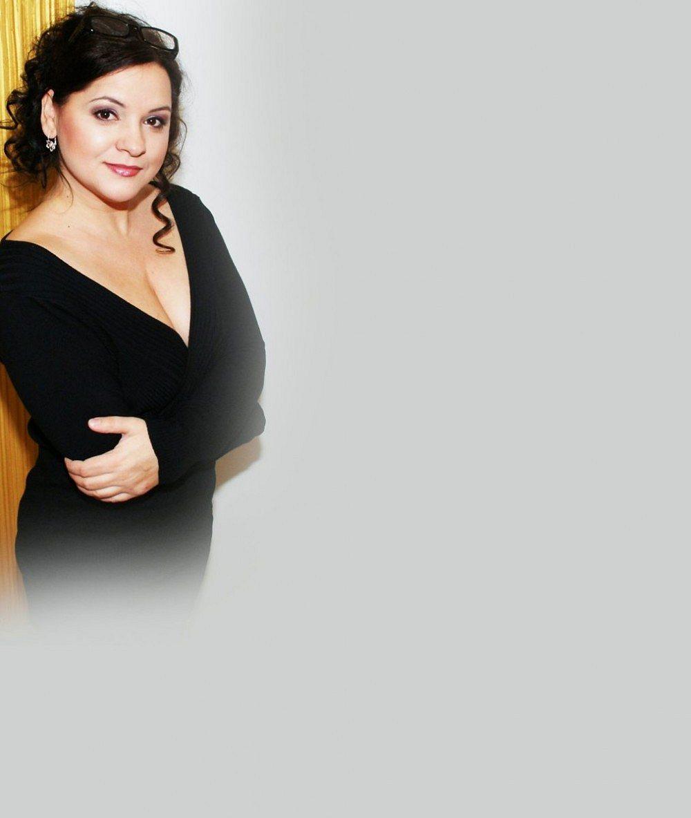 Známou zpěvačku na jevišti nepoznáte: V Plesu upírů je tlustá i hubená