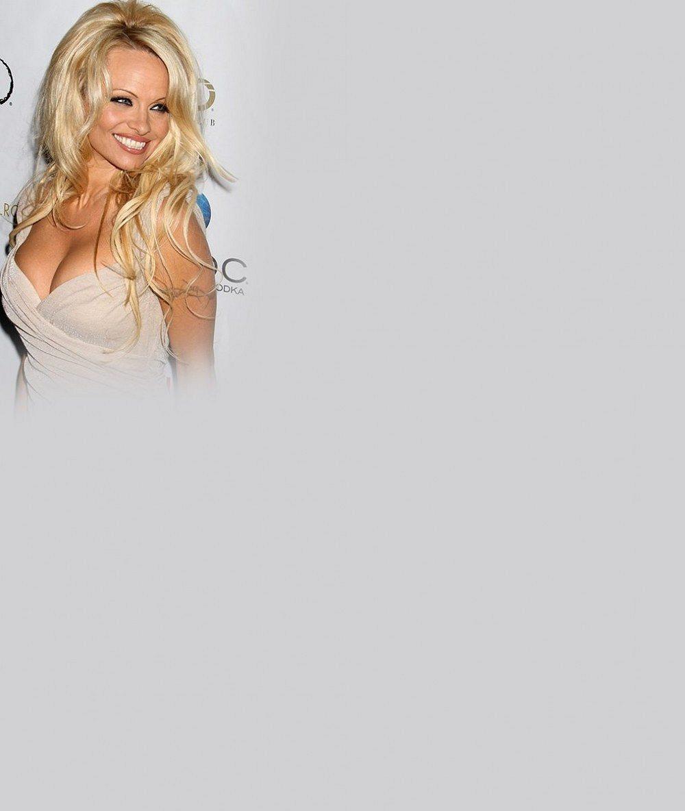 Co to provedla? Pamela Anderson v krátkých vlasech zestárla o deset let