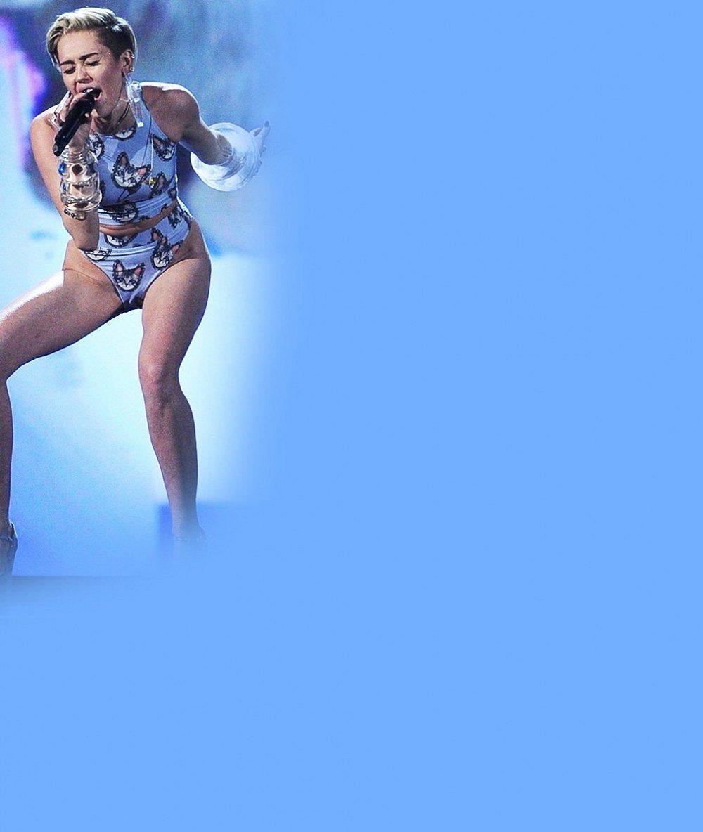 Takhle paří divoká Miley Cyrus: Dvořila se obézní blonďaté černošce v korzetu a legínách