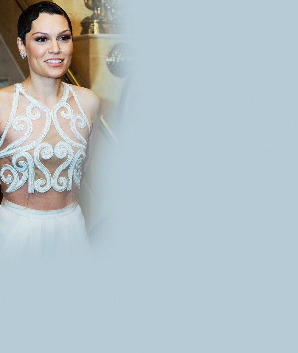 Jessie J, prober se! Tenhle 'nahatý' model se na setkání s princem Charlesem opravdu nehodí