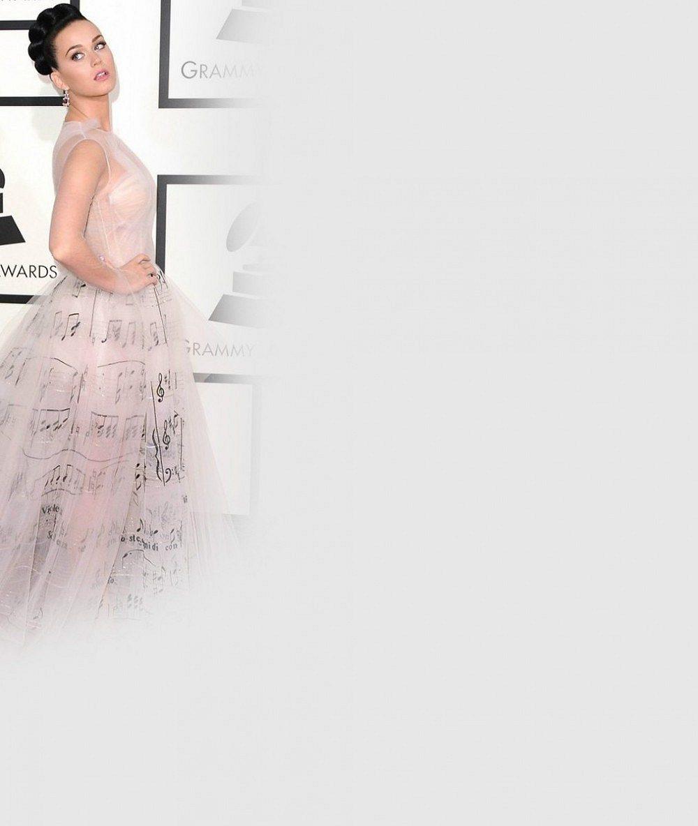 Na Grammy byla Katy Perry za hvězdu, o den později za šaty 'ze starých závěsů' terčem posměchu