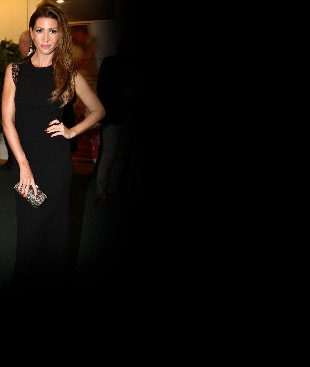 A zase ta Kerndlová: Nejkrásnější česká zpěvačka se s horkým Španělskem rozloučila tímto mega výstřihem v sexy plavkách