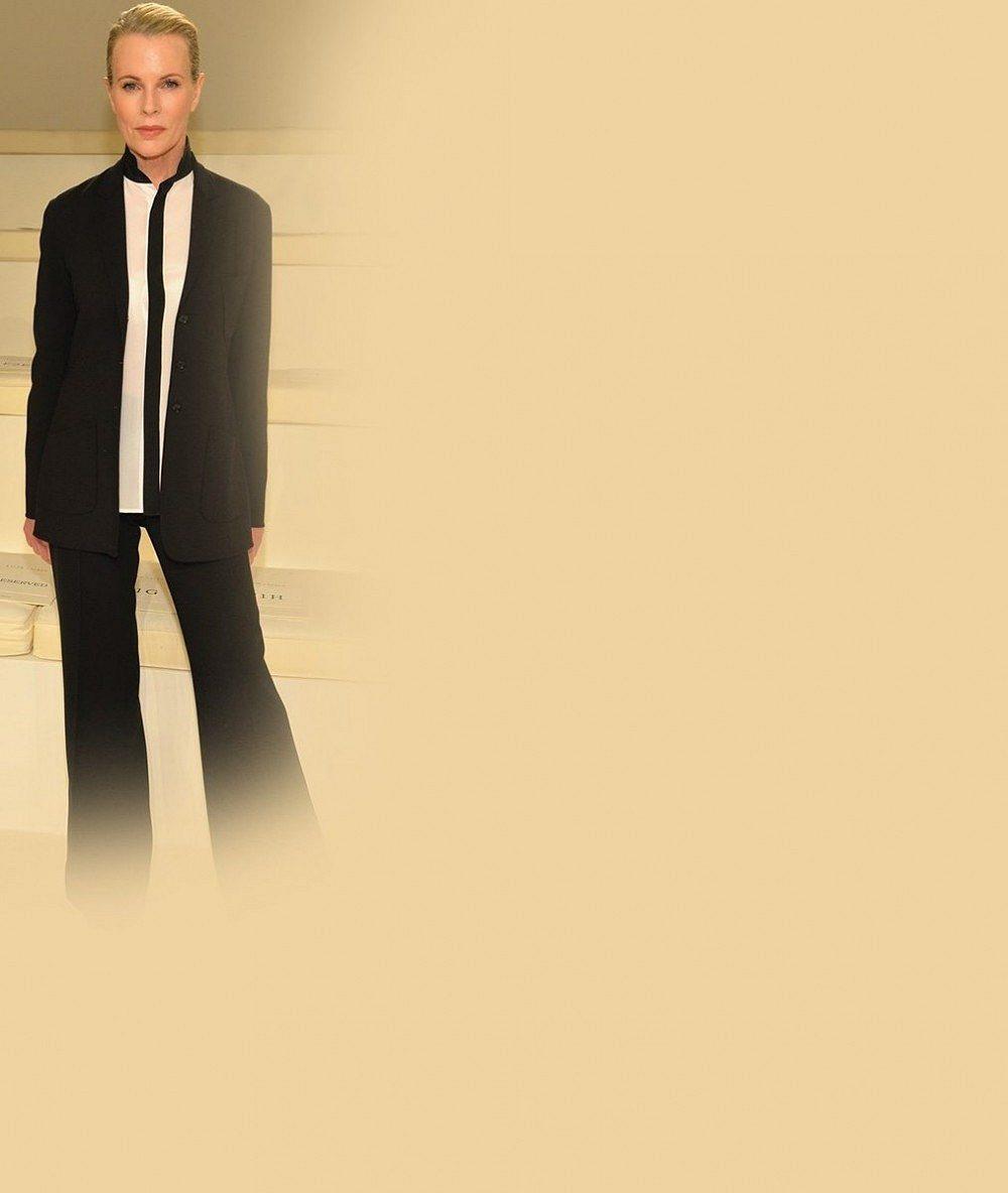 Ženskostí překypující Kim Basinger si všedesáti vyzkoušela pánský styl. Co vy na to?