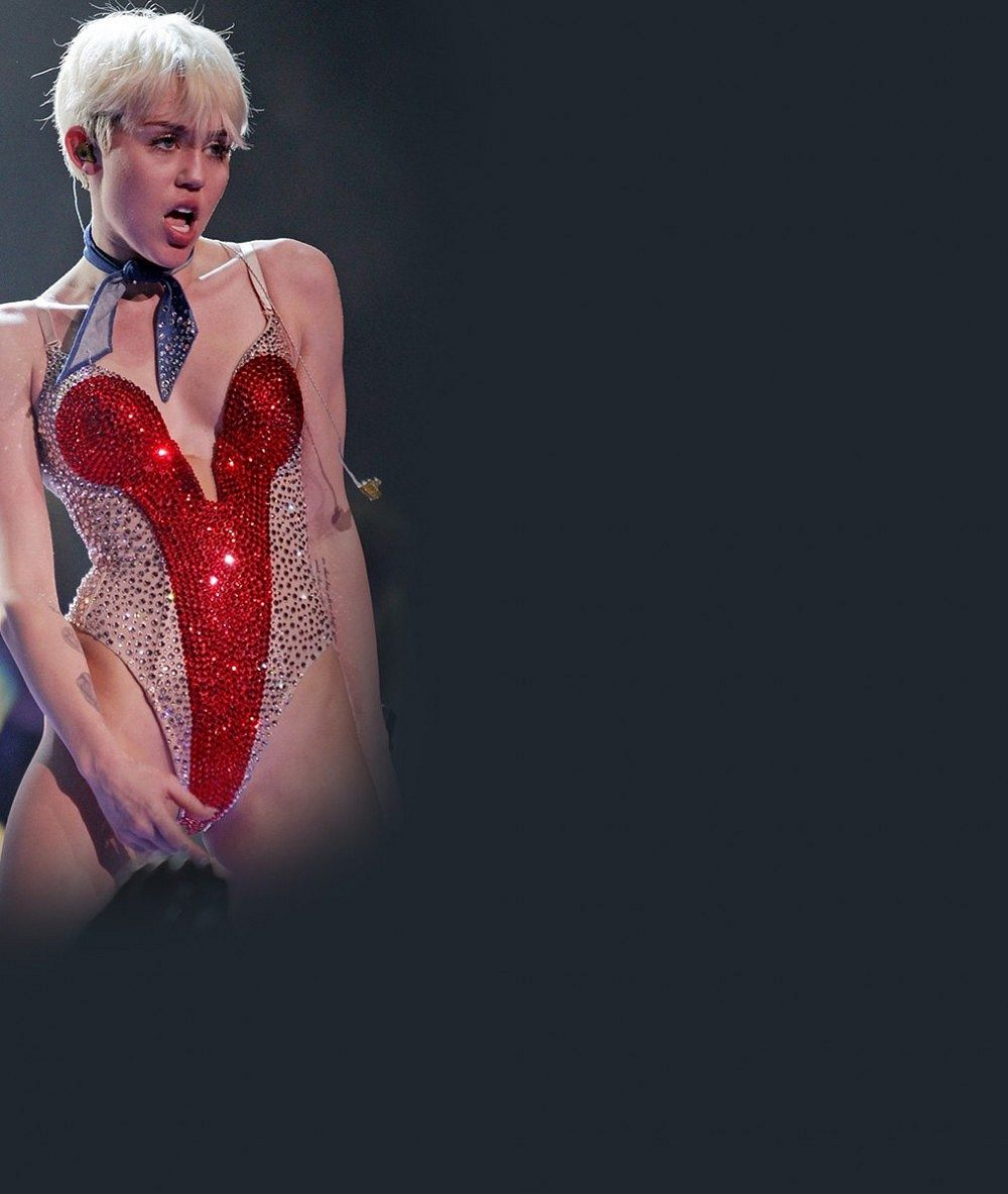 Kde se takhle zřídila? Nestydatá Miley Cyrus doplatila na své nechutné hrátky na jevišti