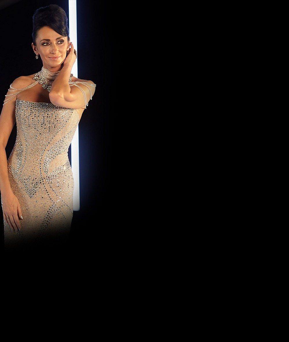 Ani tentokrát nezklamala: Sisa Sklovska ukázala v průsvitných šatech podprsenku a vnady