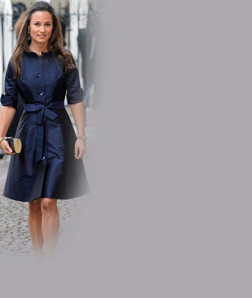 Pippa Middleton vsadila na styl své sestry Kate a v modrém kabátku sama připomínala princeznu