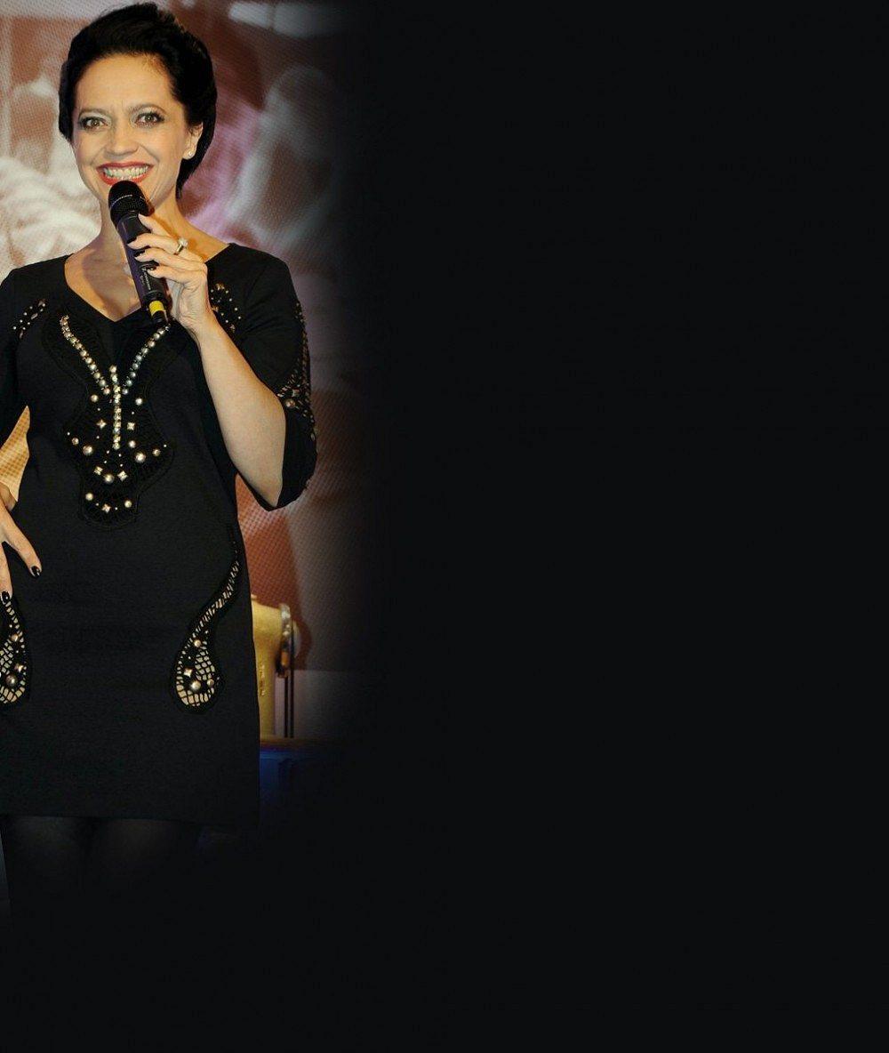 Tohle je milenka bratra Lucie Bílé: Na premiéru si oblékla ultrakrátký top, který jí končil těsně pod vnadami!