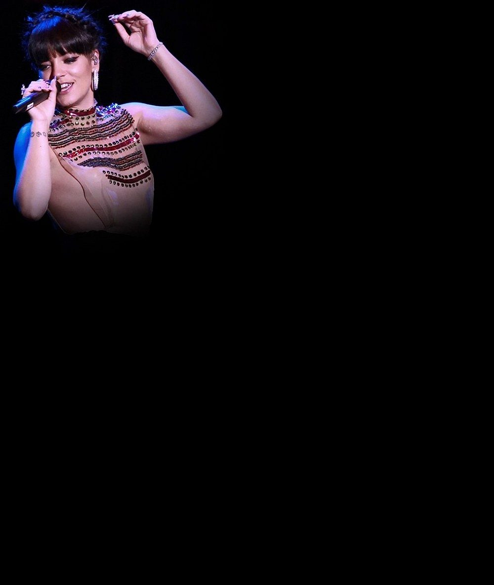 To chce kuráž: Mamina Lily Allen koncertovala v úplně průhledném topu. Nic pod ním neměla!