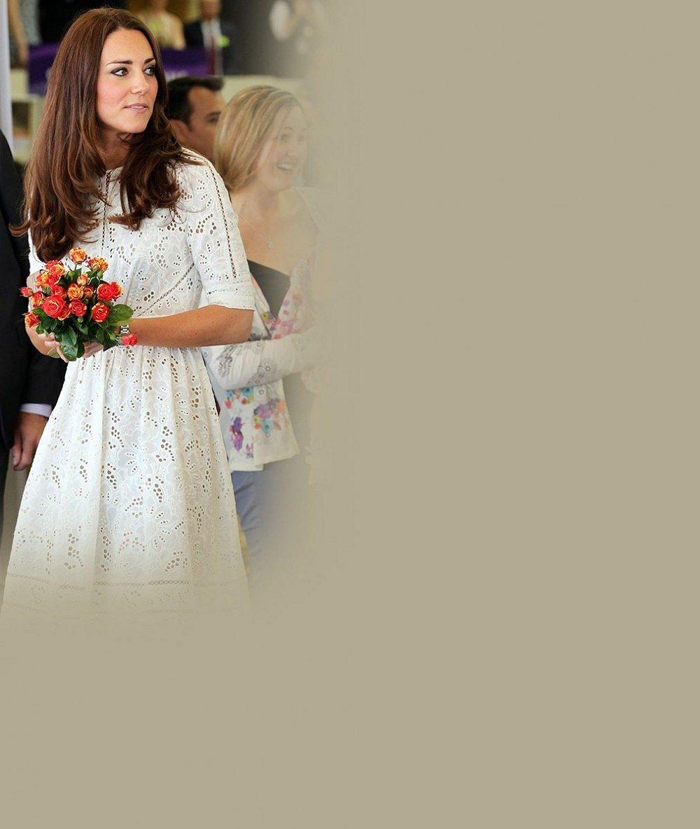 Nevinnost sama: Princezna Kate v bílé krajce vypadala jako nevěsta