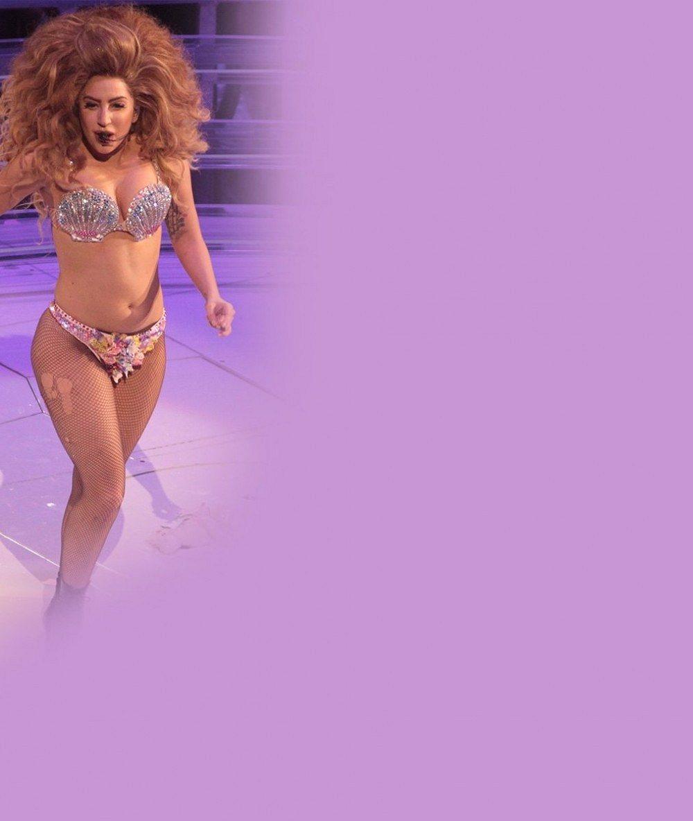 Už je z ní zase macanda: Lady Gaga nacpala své nakynuté tělo do nelichotivých kostýmů