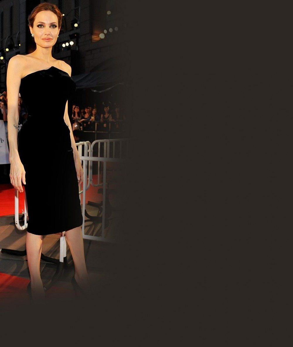 Angelině Jolie trčí kosti i na červeném koberci: Vedle o 20 let mladší kolegyně se ztrácí