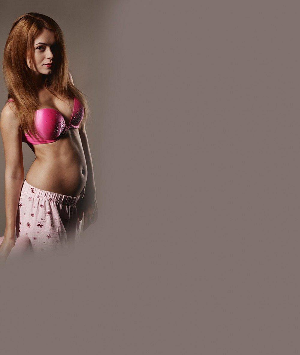 Blonďatá nymfa zhotelu hříchu zkrotla. Těhotná kráska hrdě nafotila své těhotenské bříško