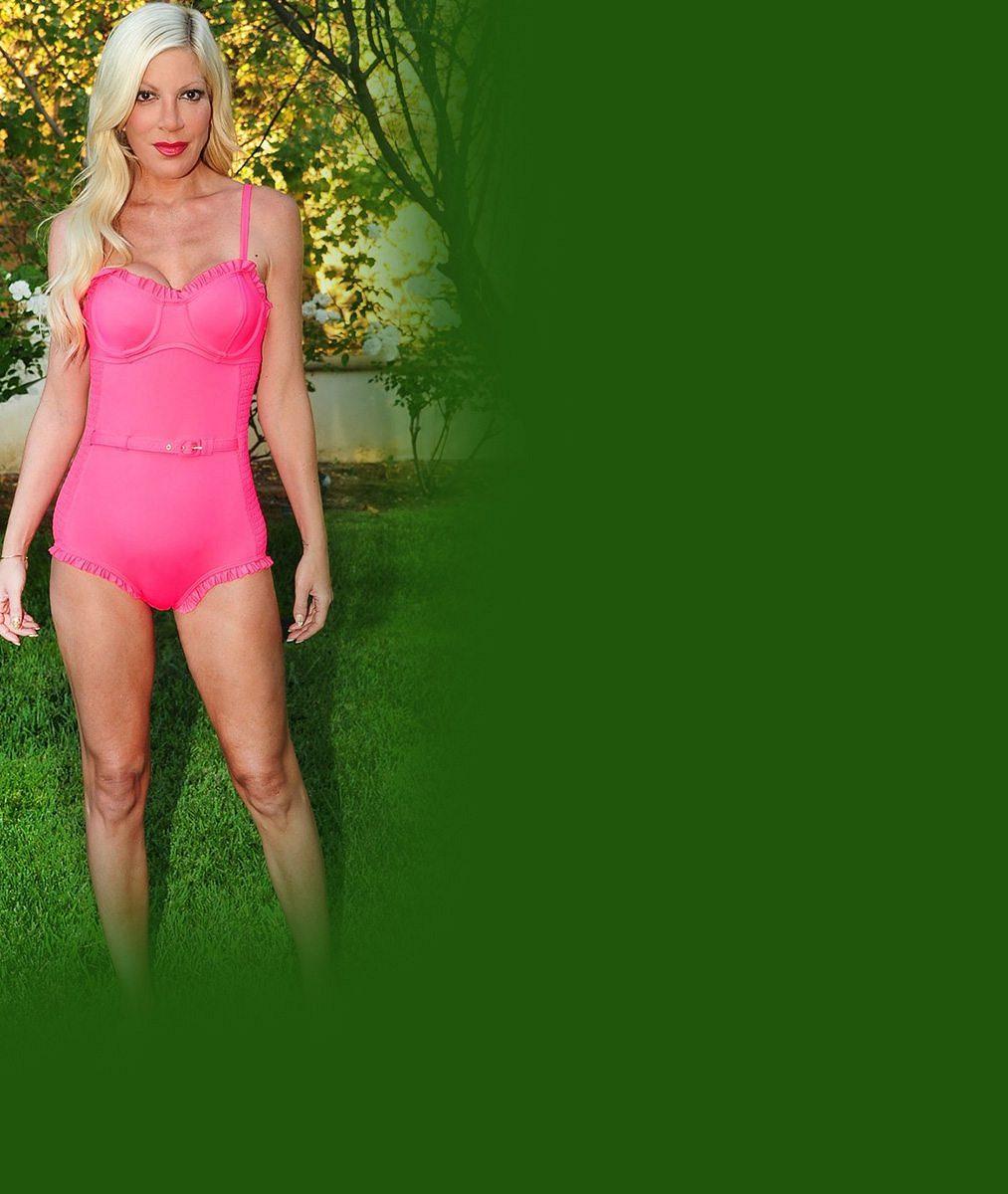 Tori Spelling ukázala hubenou postavu v růžových plavečkách. Pak přišly na řadu nůžky...