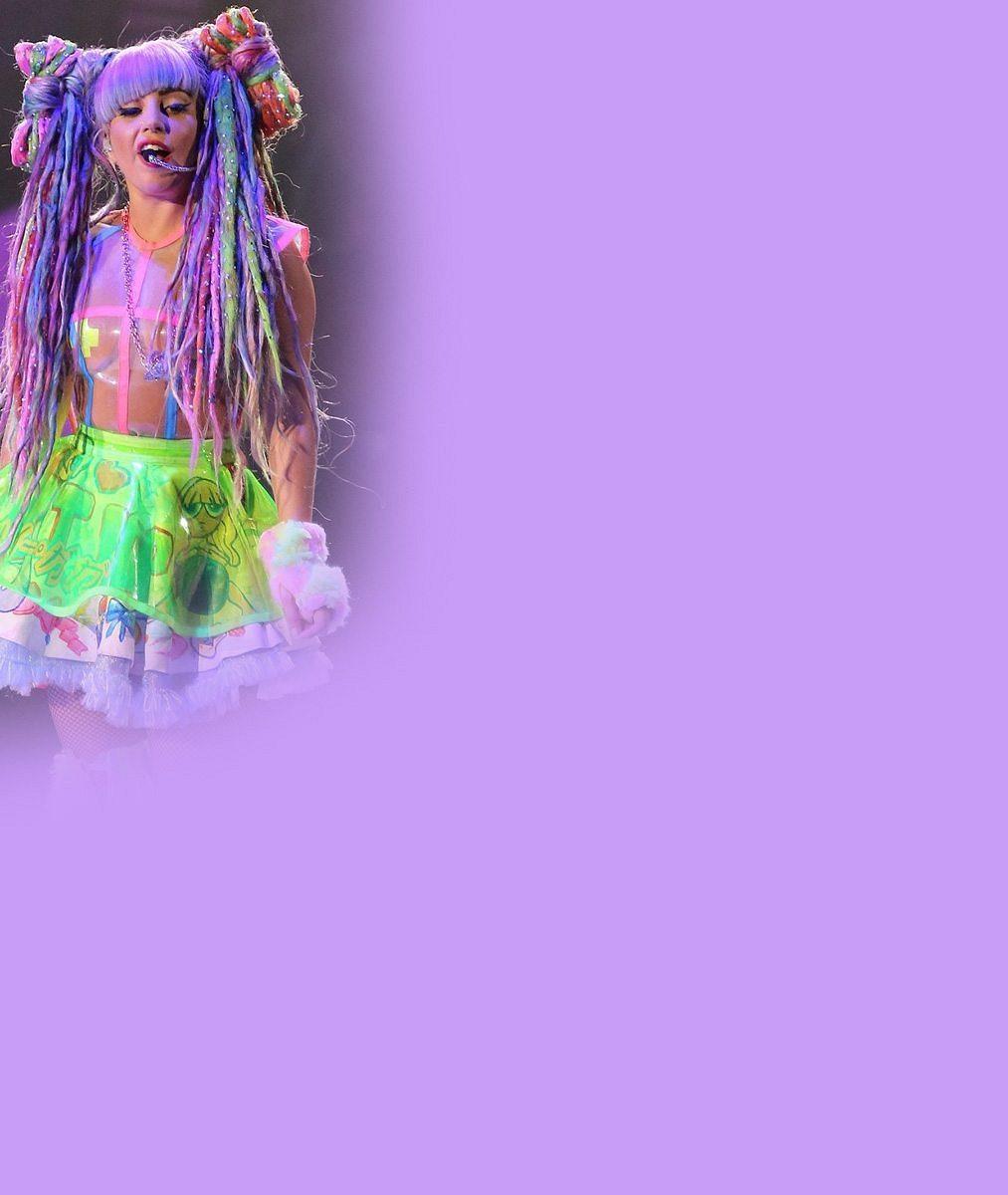 Lady Gaga si na šatnu nepotrpí: Při převlékání v zákulisí ukázala ňadra