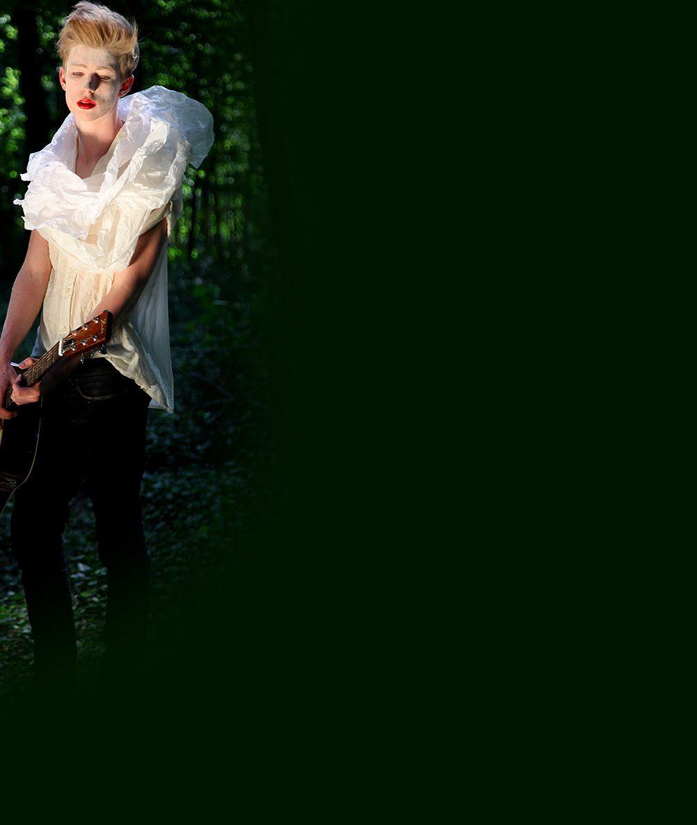 Český Justin Bieber k nepoznání. Idol teenagerů pózoval se rtěnkou v dámském oblečení obklopený brouky a žížalami