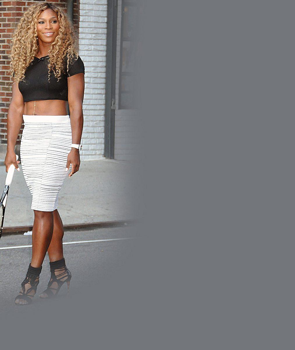 Kudrnatá Serena Williams působila v minišatech velice žensky. Až na ty bicepsy