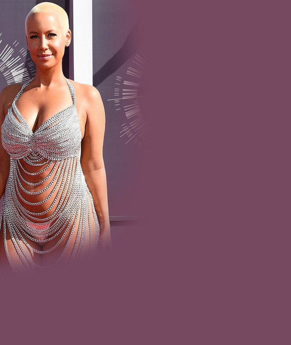 Kyprá modelka strhla pozornost na své maminkovské křivky v šatech z řetízků