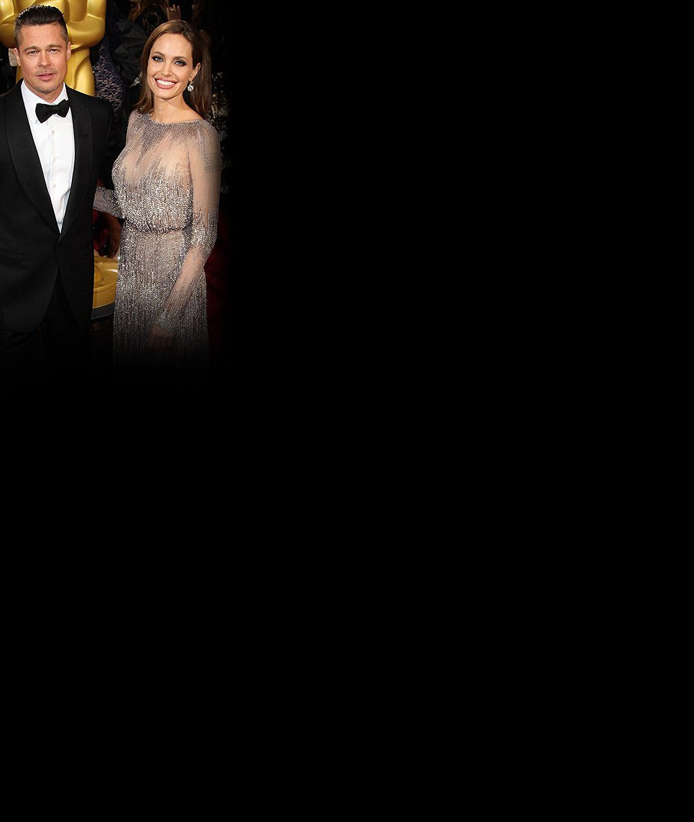 Nádhera: Novomanželský polibek Pitta a Jolie a její nejoriginálnější svatební šaty!