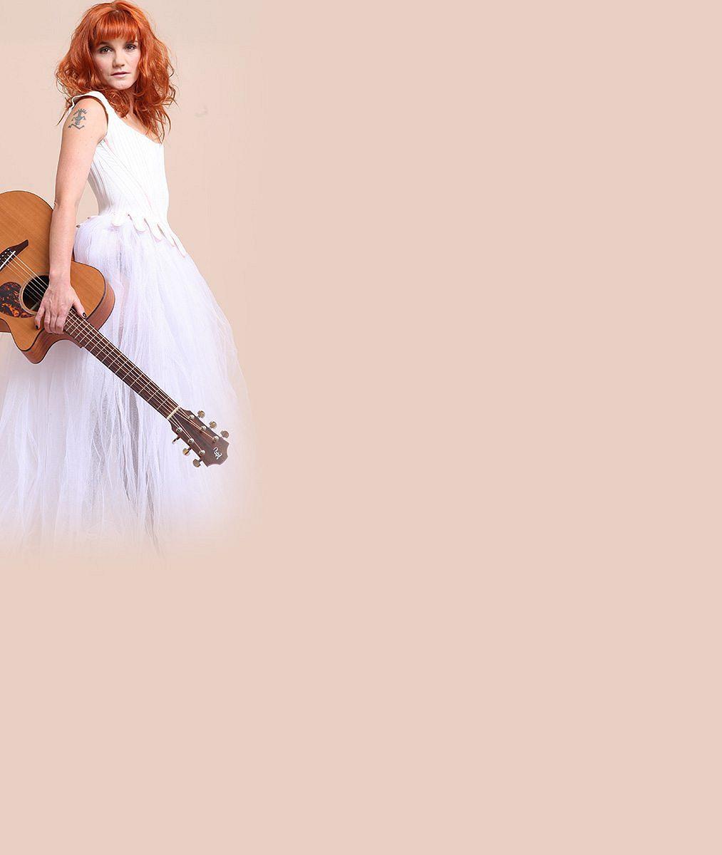 Konečně si ji všimnete nejen na jevišti: Známá muzikálová zpěvačka teď uchvacuje své okolí jako rajcovní zrzka