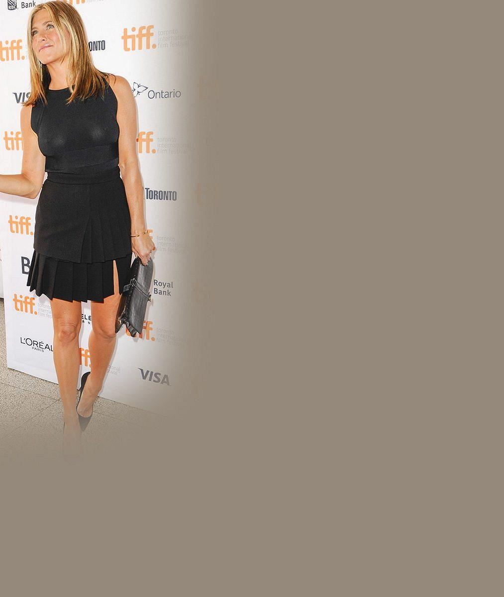 Jennifer Aniston hodně názorně předvedla, že se jí gravitace netýká ani po čtyřicítce