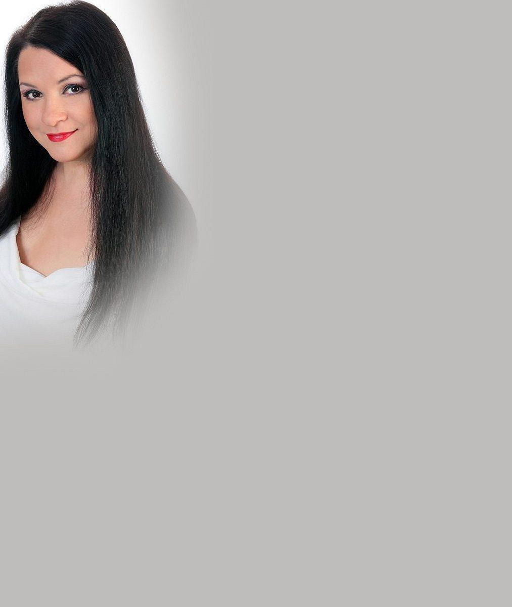 Už zase? České zpěvačce při zkoušení pohádkových šatů málem vypadlo její přírodní bohatsví