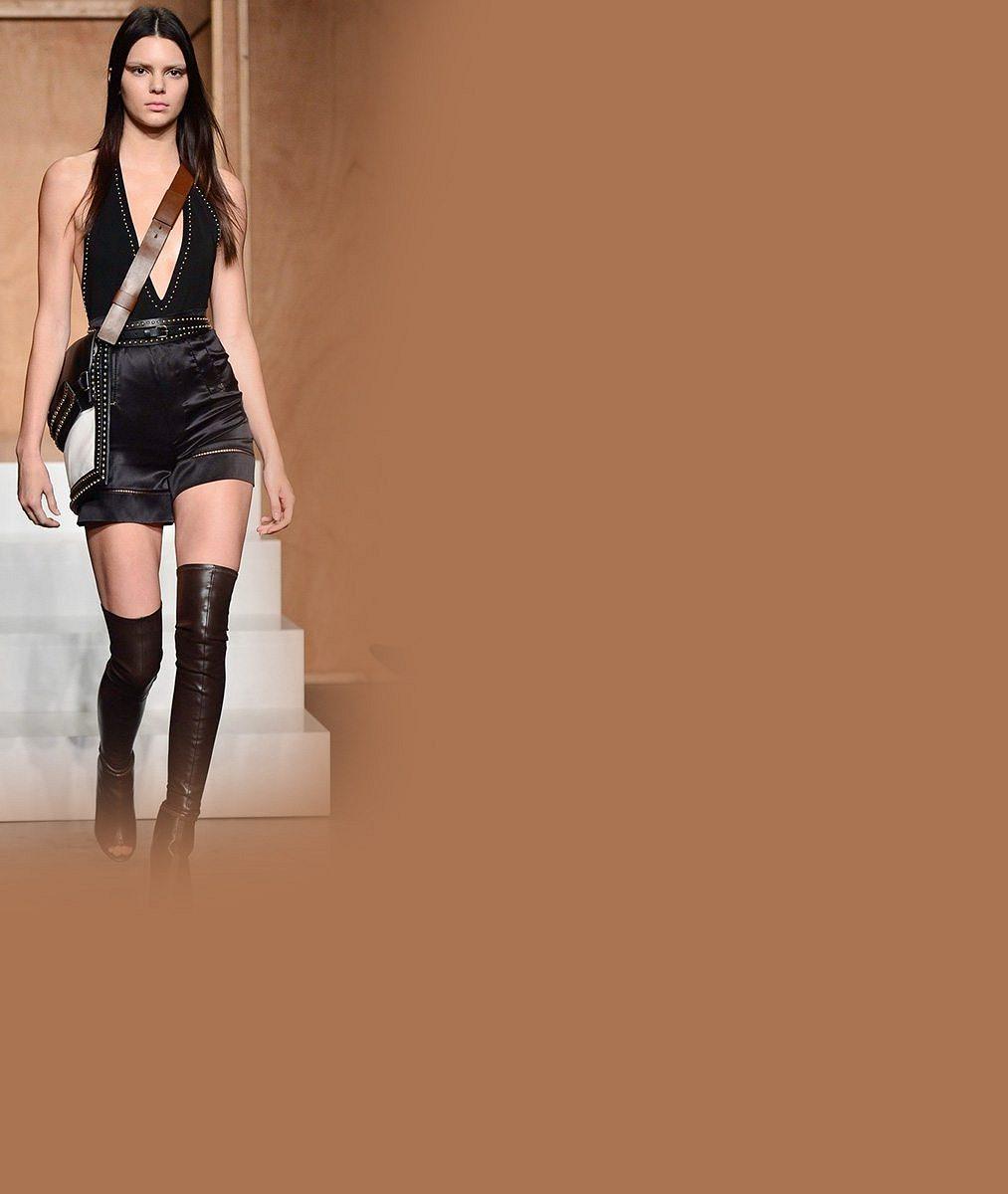 Podívejte, v jak nahatých modelech už šla přehlídku 'malá sestřička' Kim Kardashian