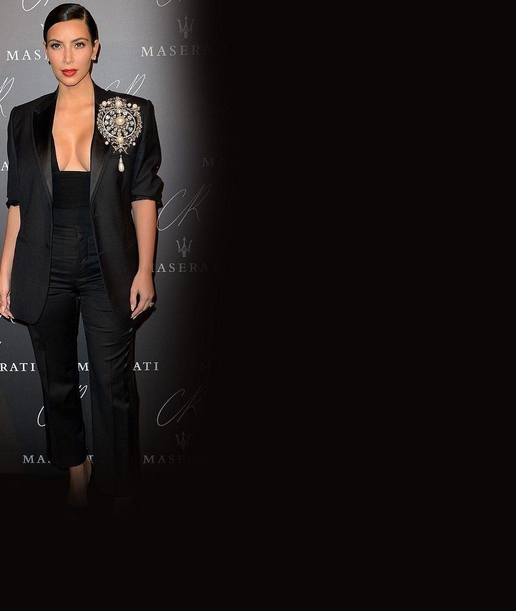 Kim Kardashian vytasila zbraně těžkého kalibru: Ňadra bez podprsenky v šatech s výstřihem až k pupíku i pozadí velké jako almara