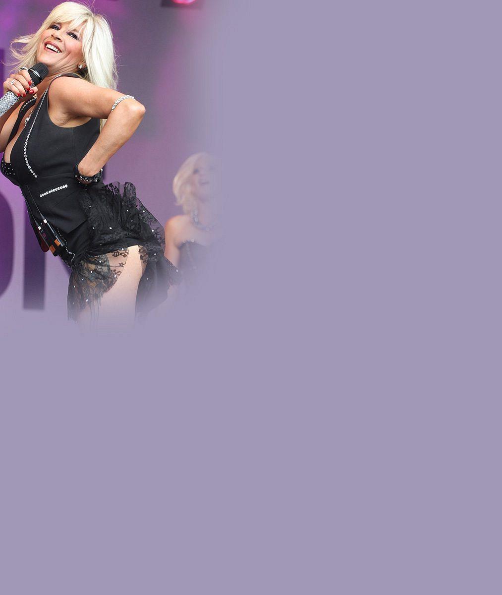 To je nářez! Předrevoluční sexsymbol Samantha Fox řádila na pódiu v šortkách a podprsence