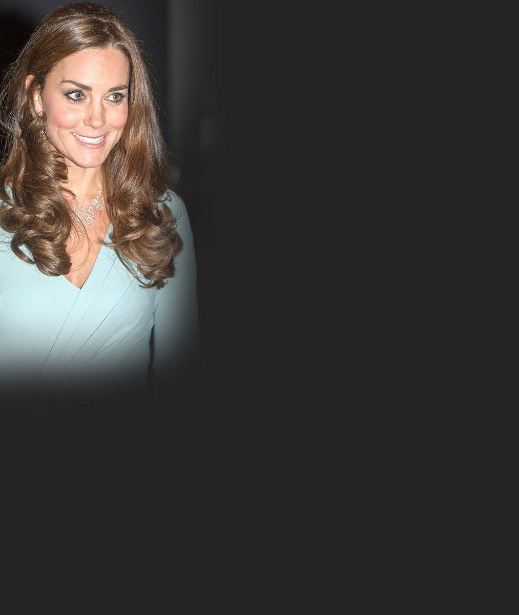 Kouzelná Kate odhalila královská kolínka a lokny nechala volně vlát. Po bříšku ale ani stopy