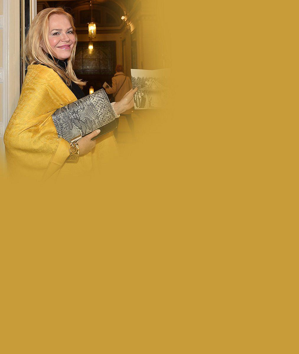 Dagmar Havlová ve Varech zářila ve slunečně žlutých šatech: Bustu zesnulého manžela sní odkryla iUma Thurman