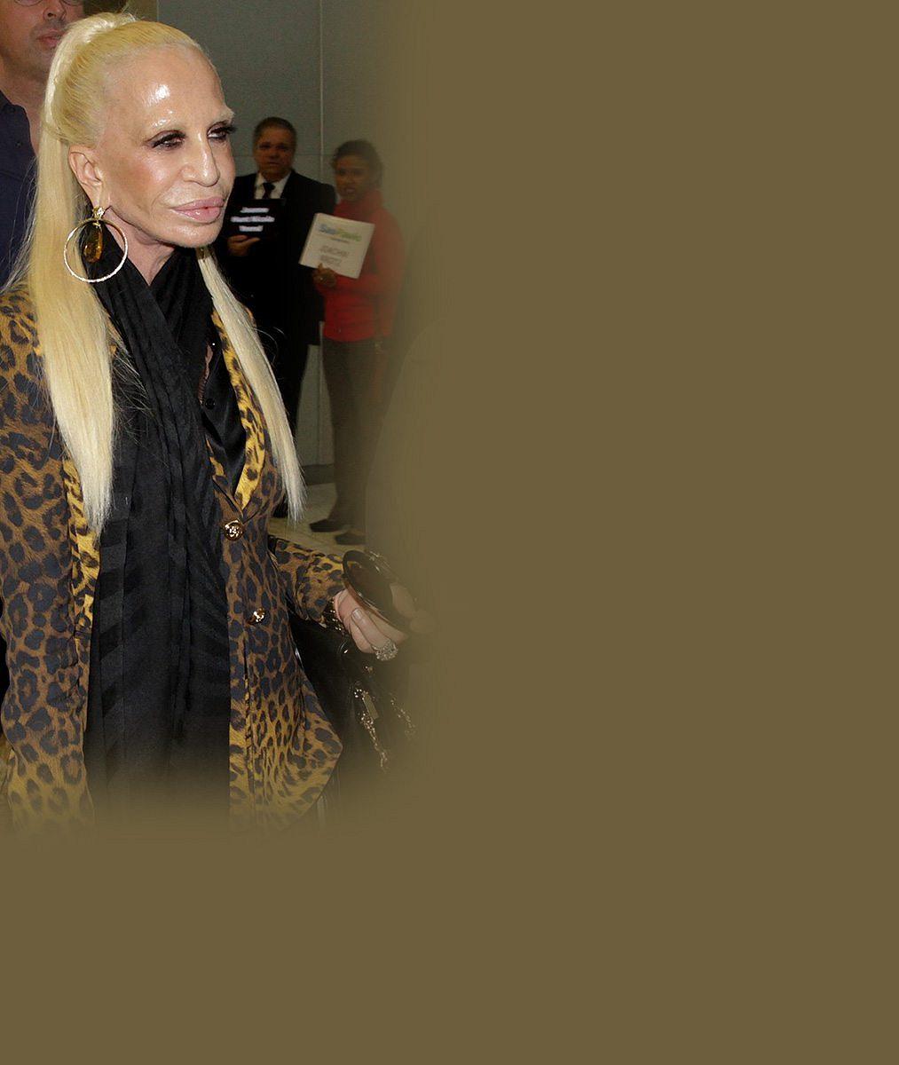 Nepovedená vosková figurína? Ne, vyžehlená masařka Donatella Versace bez obočí