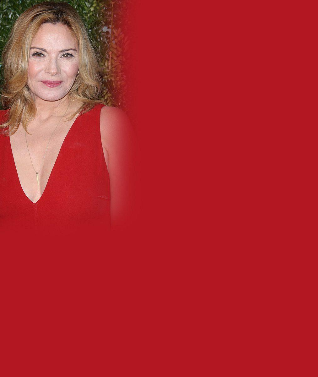 Samantha ze Sexu ve městě se před šedesátkou stylizovala do rajcovní Červené Karkulky. Líbí?