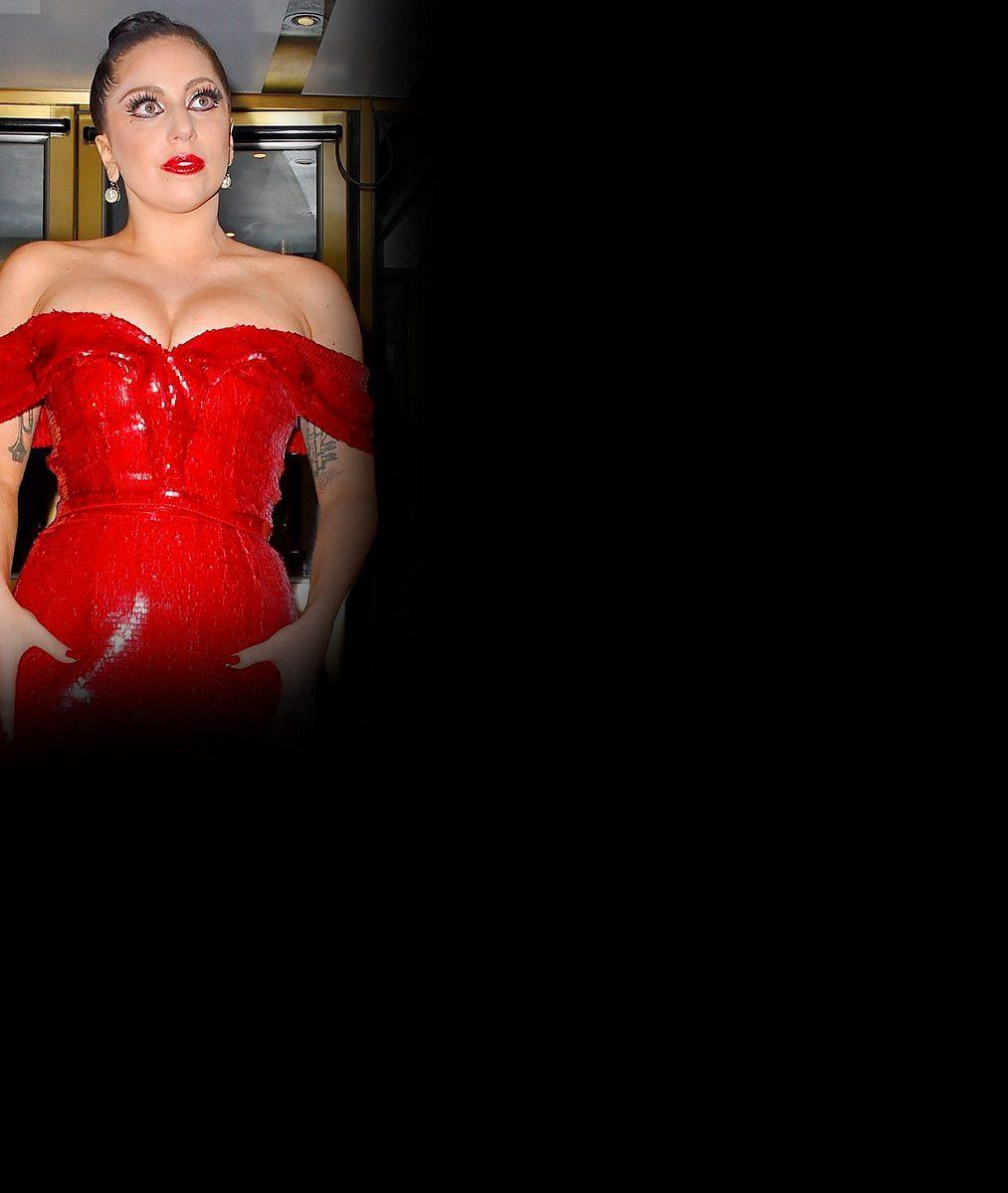 Lady Gaga nacpala dmoucí se vnady do těsných rudých šatů... Ale co to kulaté bříško?