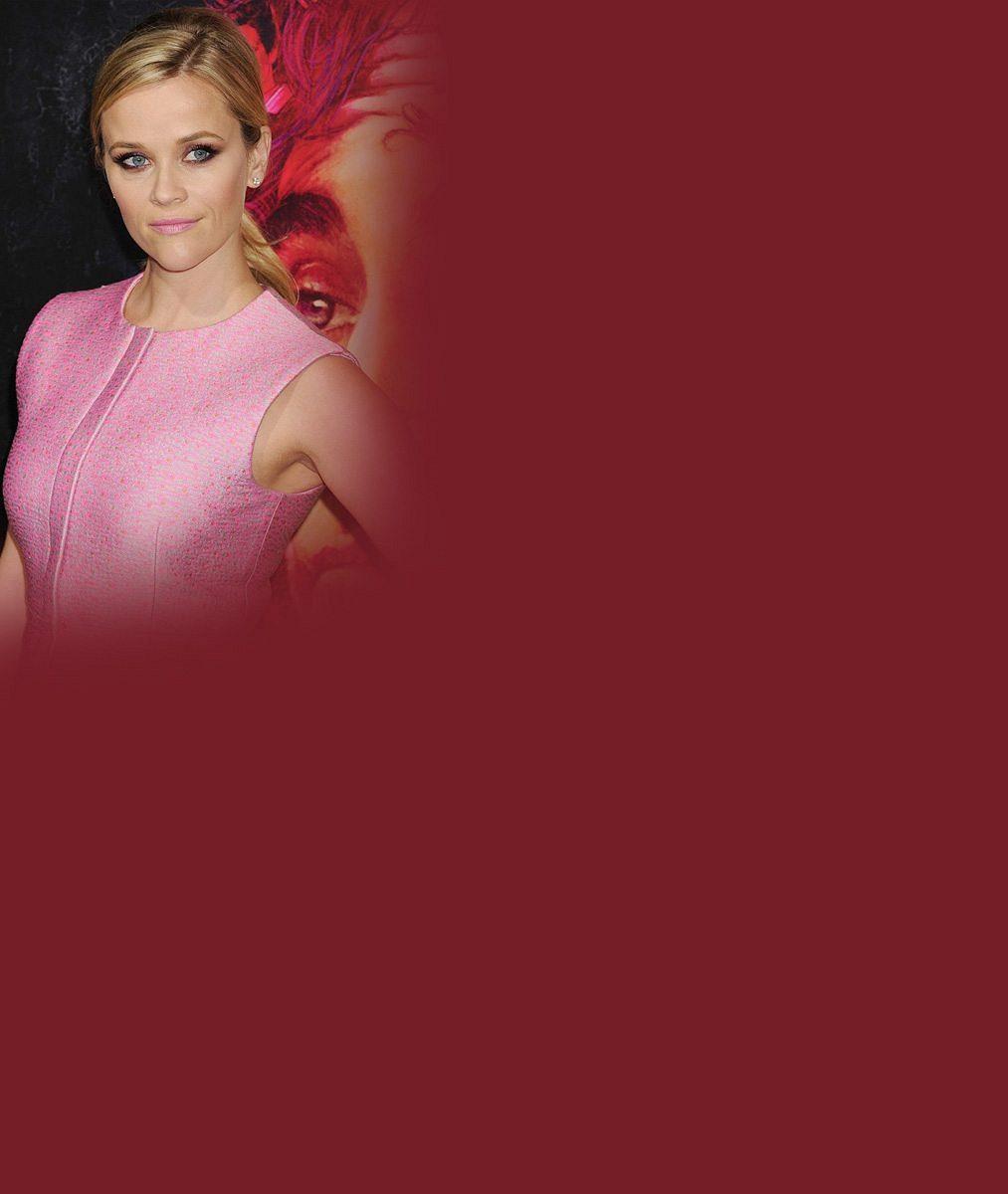 Pravou blondýnkou na věčné časy: Reese Witherspoon vypadá v růžových šatech jako dokonalá panenka i se čtyřicítkou na krku