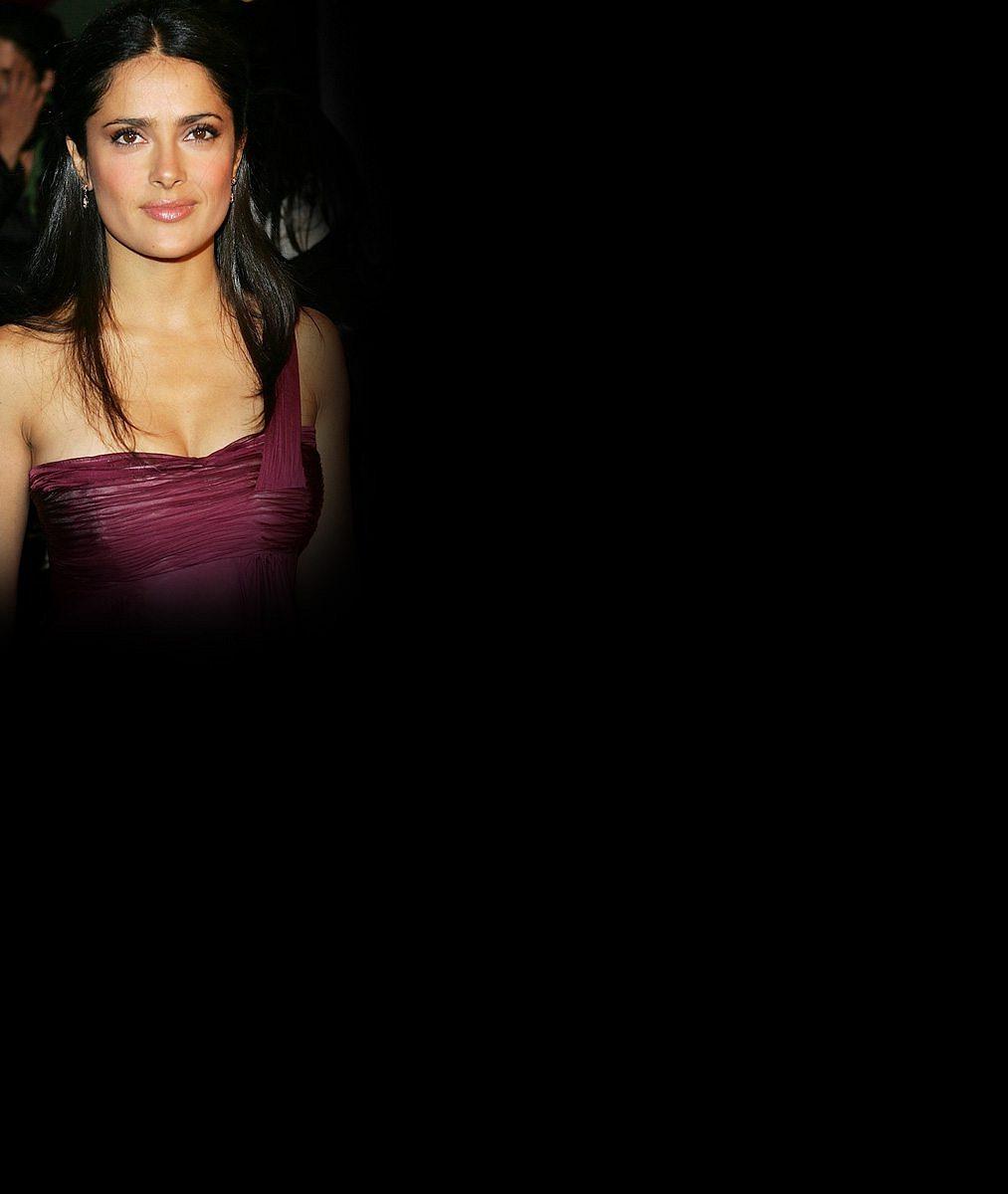 S padesátkou na krku si zahrála nebezpečnou prostitutku: Salma Hayek ukázala plný dekolt i sexy zadeček