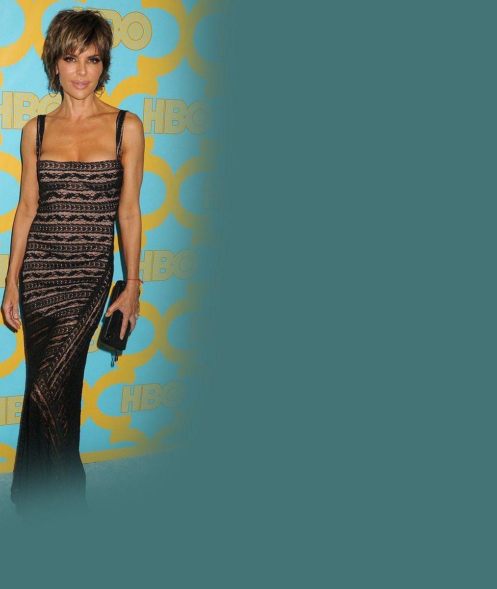 Nepřibrala ani gram: Seriálová hvězda po padesátce oprášila šaty, které jí seknou stejně jako před 10 lety