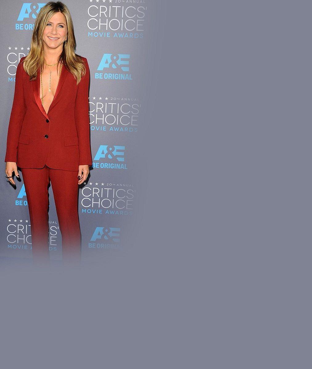 Obří výstřih bez podprsenky není pro každého: Jennifer Aniston spíše než na své přednosti upozornila na gravitační sílu