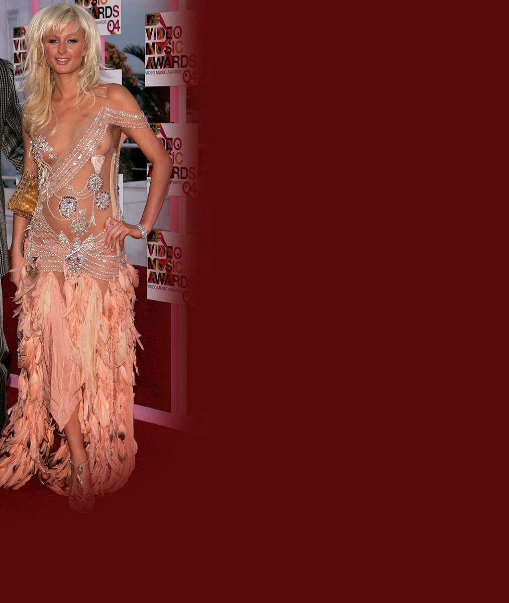 Chudák Paris Hilton! Úplně nahá se zamotala do šňůry od mikrofonu