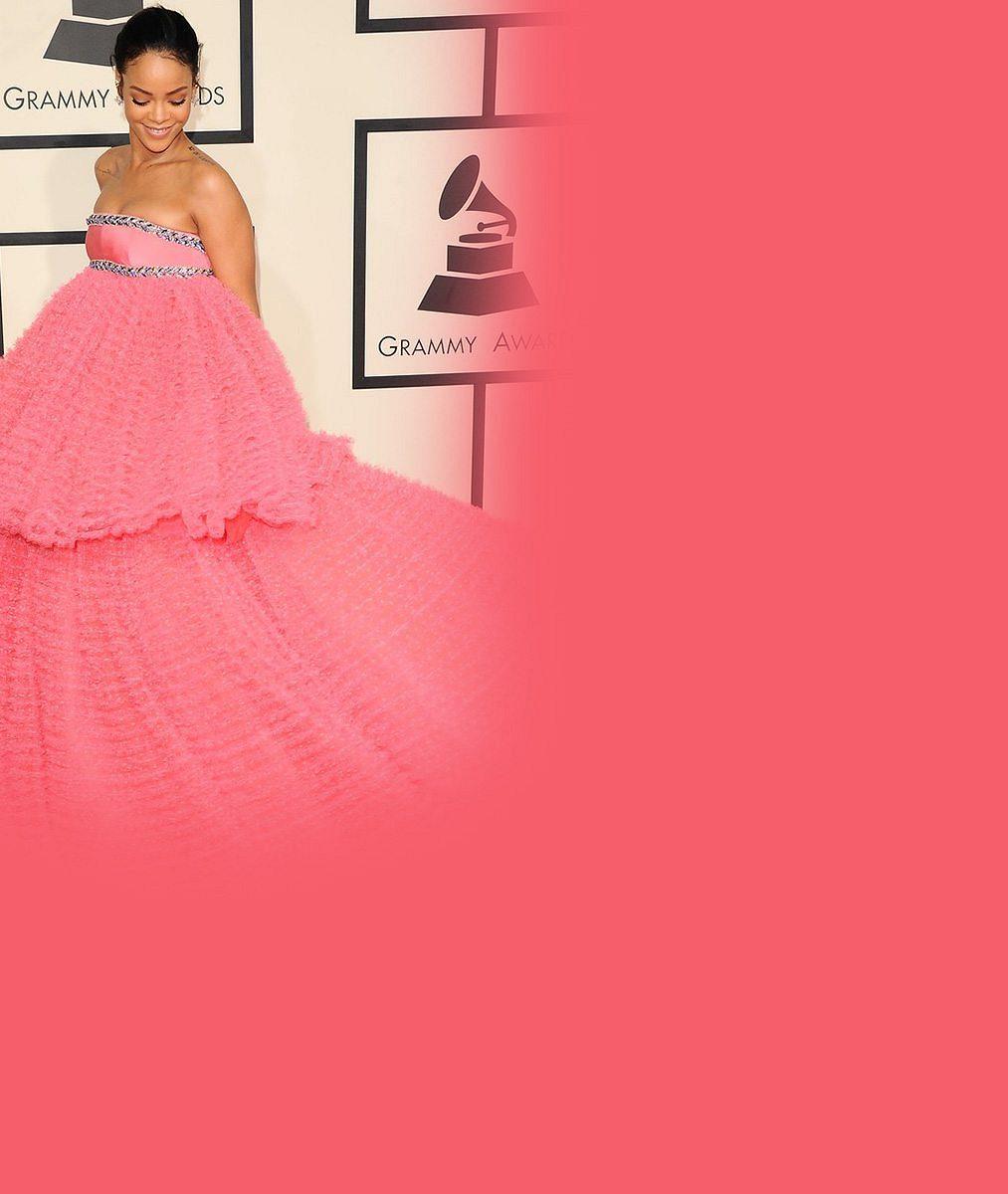 Síň hanby pro Rihannu? Módní ikona zahalila přednosti do obří růžové šlehačky