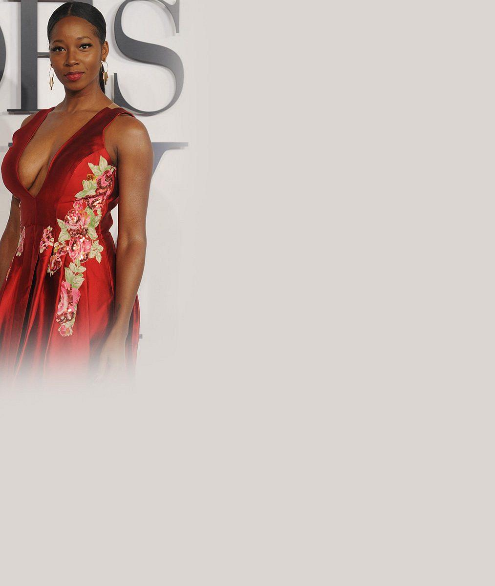 Stylově na premiéru erotických Padesáti odstínů šedi: Tahle zpěvačka svými šaty vyrazila dech