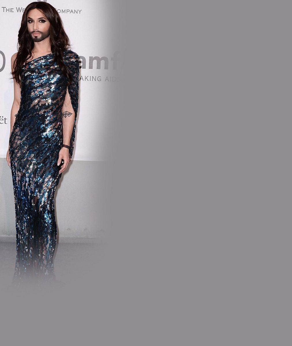 Vousatá zpěvačka Conchita Wurst ztrácí umělou ženskost: Zkrátila si vlasy a ukázala potetovaná záda