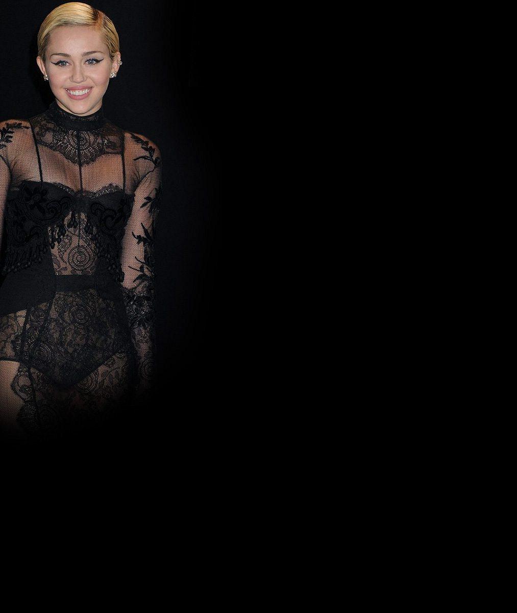 Miley Cyrus právem zuří: Její láska Schwarzenegger se po 'kamarádce' objímal i se sexy bývalkou