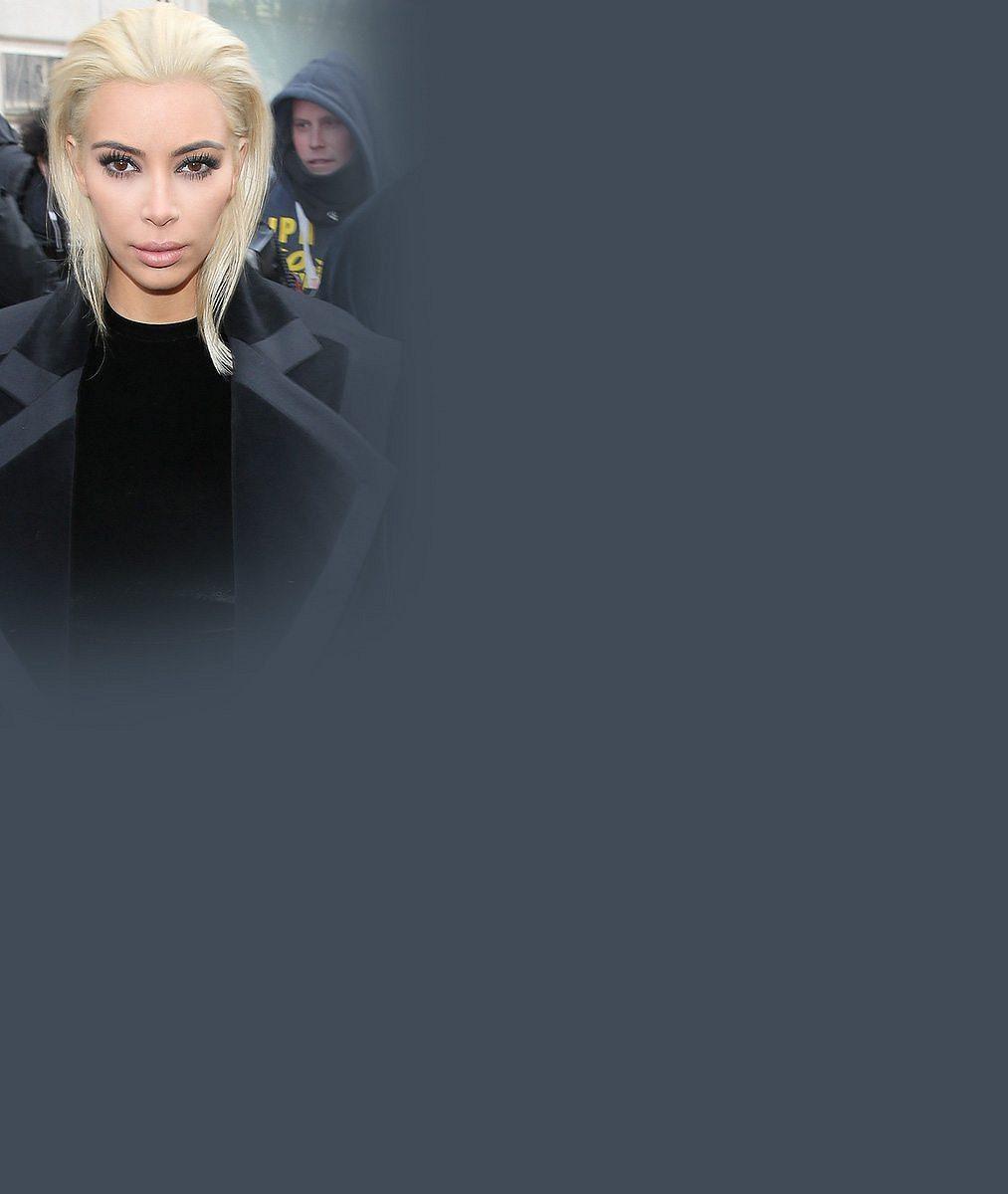 Falešná blondýnka si naštěstí vzala podprsenku: Kim Kardashian v průsvitném outfitu upozornila na svá přetékající ňadra