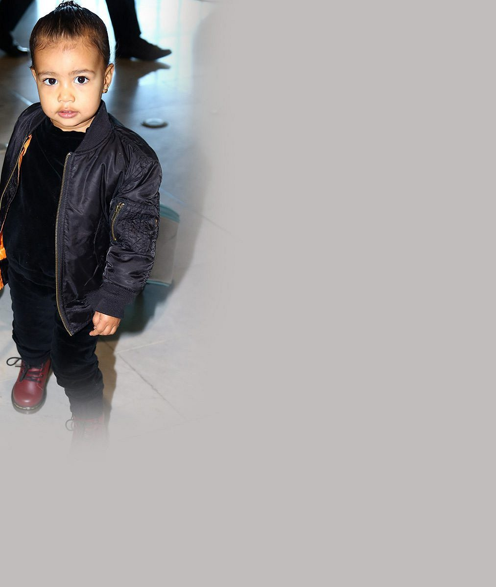 Proč Kardashian a West oblékají dceru jen do černé? Ve dvou letech vypadá jako gangster