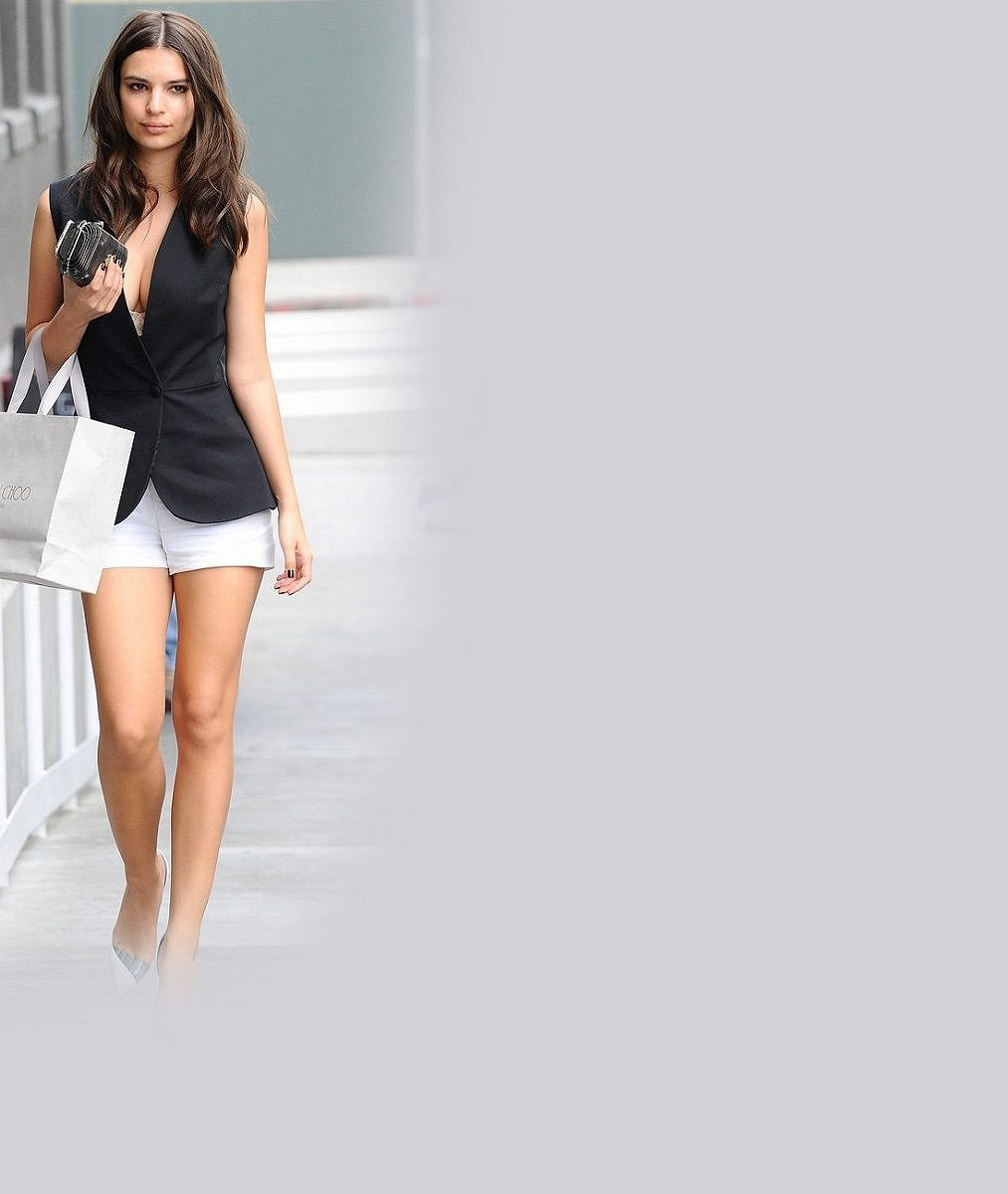 Kam dříve s očima? Sexy modelka lákala kolemjdoucí na odvážný dekolt i dokonalá stehýnka v šortkách