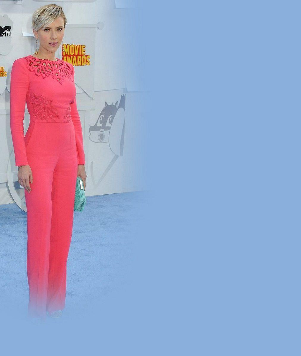 Půl roku po porodu je jako nitka: Křehounká Scarlett Johansson byla vrůžovém overalu hubenější než kdy dříve
