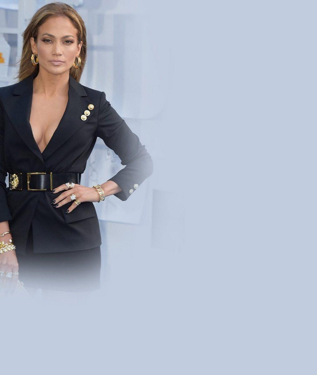 Ve 45 letech provokuje jako dvacítka: Jennifer Lopez ukázala výstavní dekolt i dokonalá stehýnka v mini