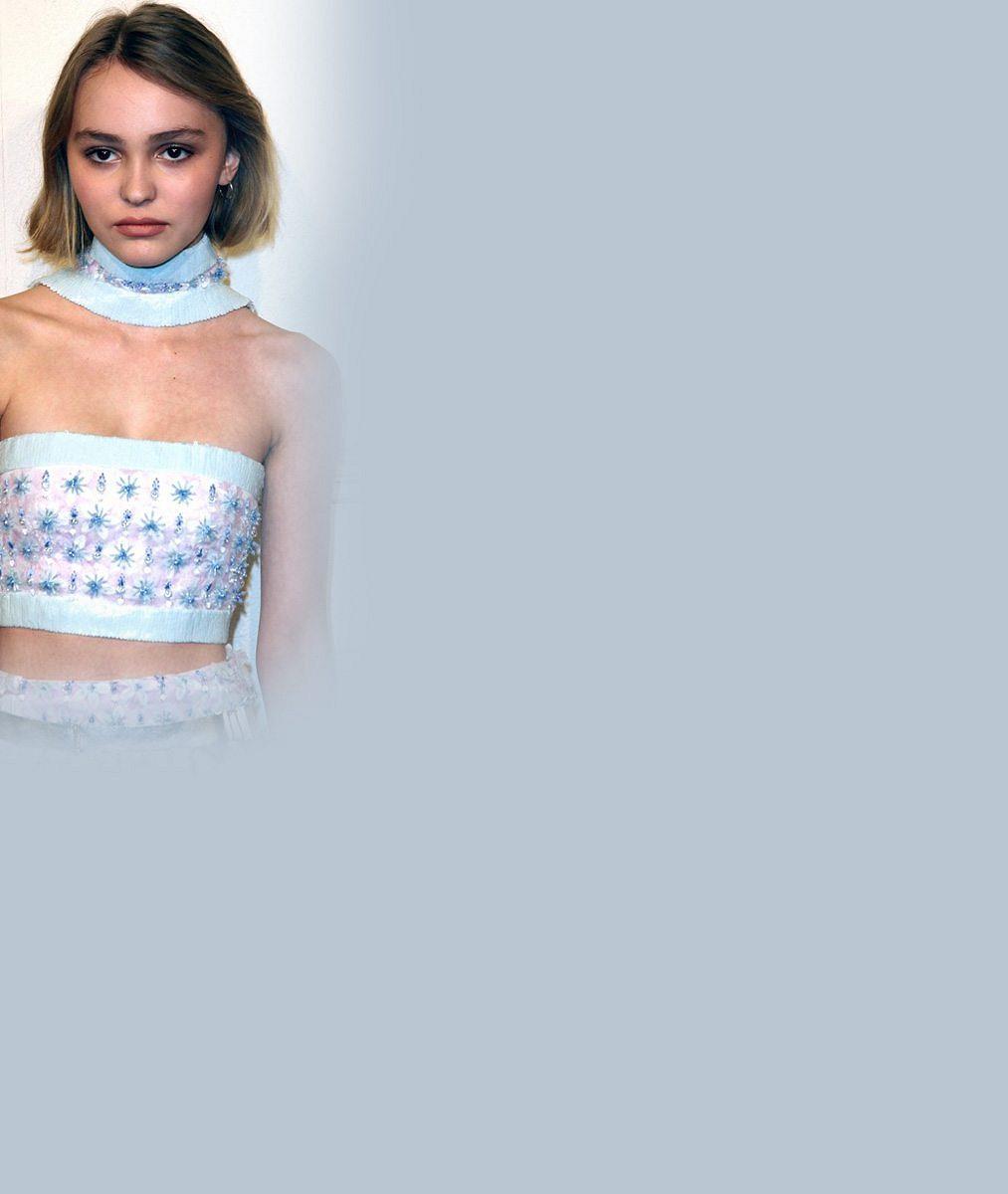 Z dcery Johnnyho Deppa a Vanessy Paradis je už velká holka: Pod síťovanými šaty ukazuje postavu v bikinách