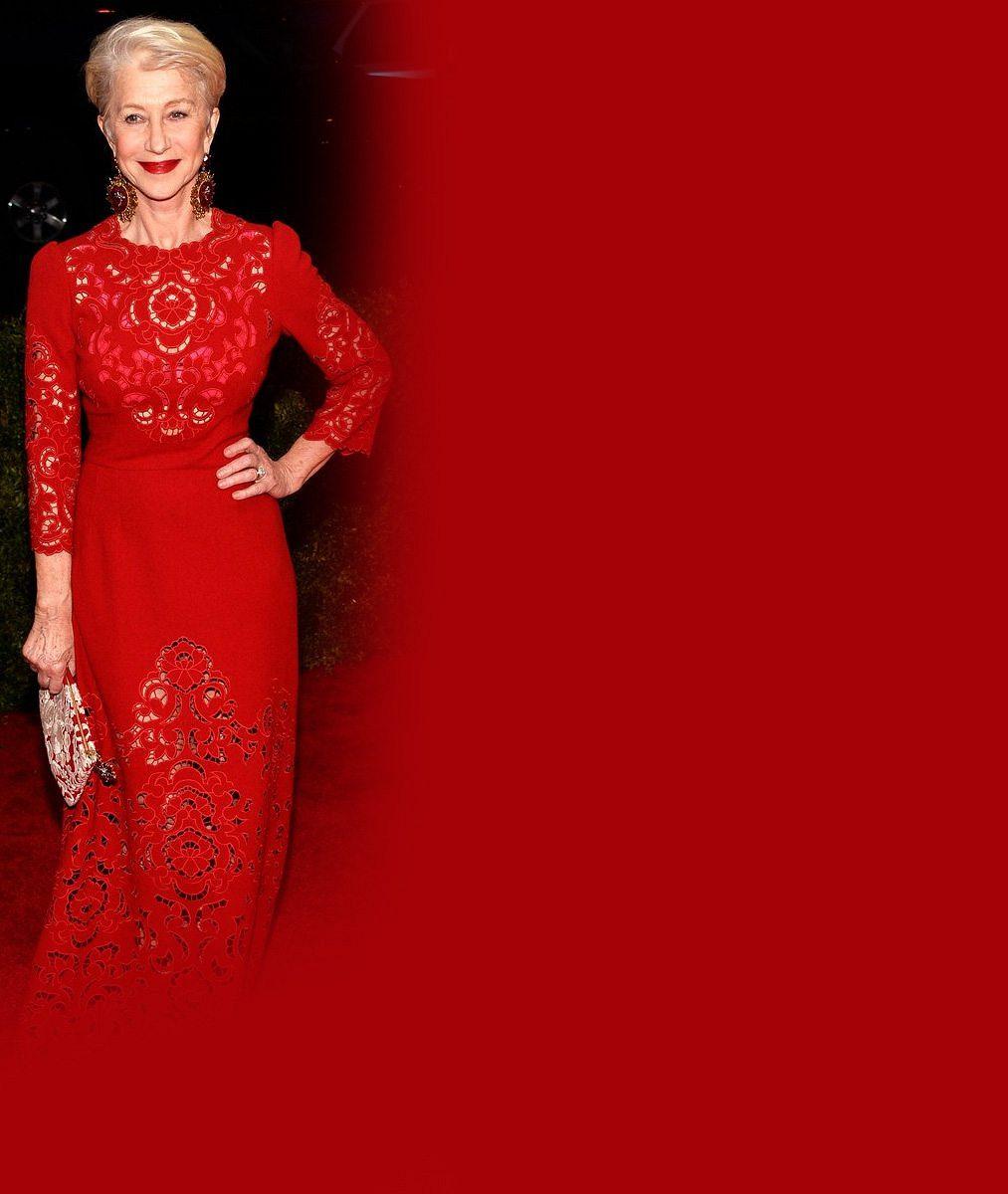 Odvaha s věkem nesouvisí: Slavná herečka (69) ukazovala v krajkových šatech podprsenku